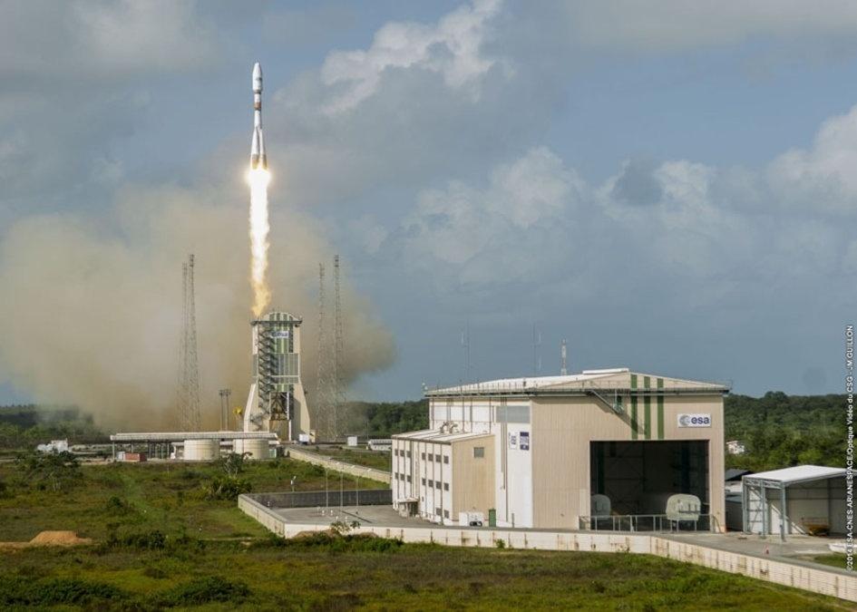 19.dez.2014 - Foguete é lançado de uma base em Kourou, na Guiana Francesa, para colocar em órbita quatro satélites de telecomunicações O3b Networks. No último ano, mais de 23 satélites de comunicação foram colocados em órbita pela ESA (agência espacial europeia)
