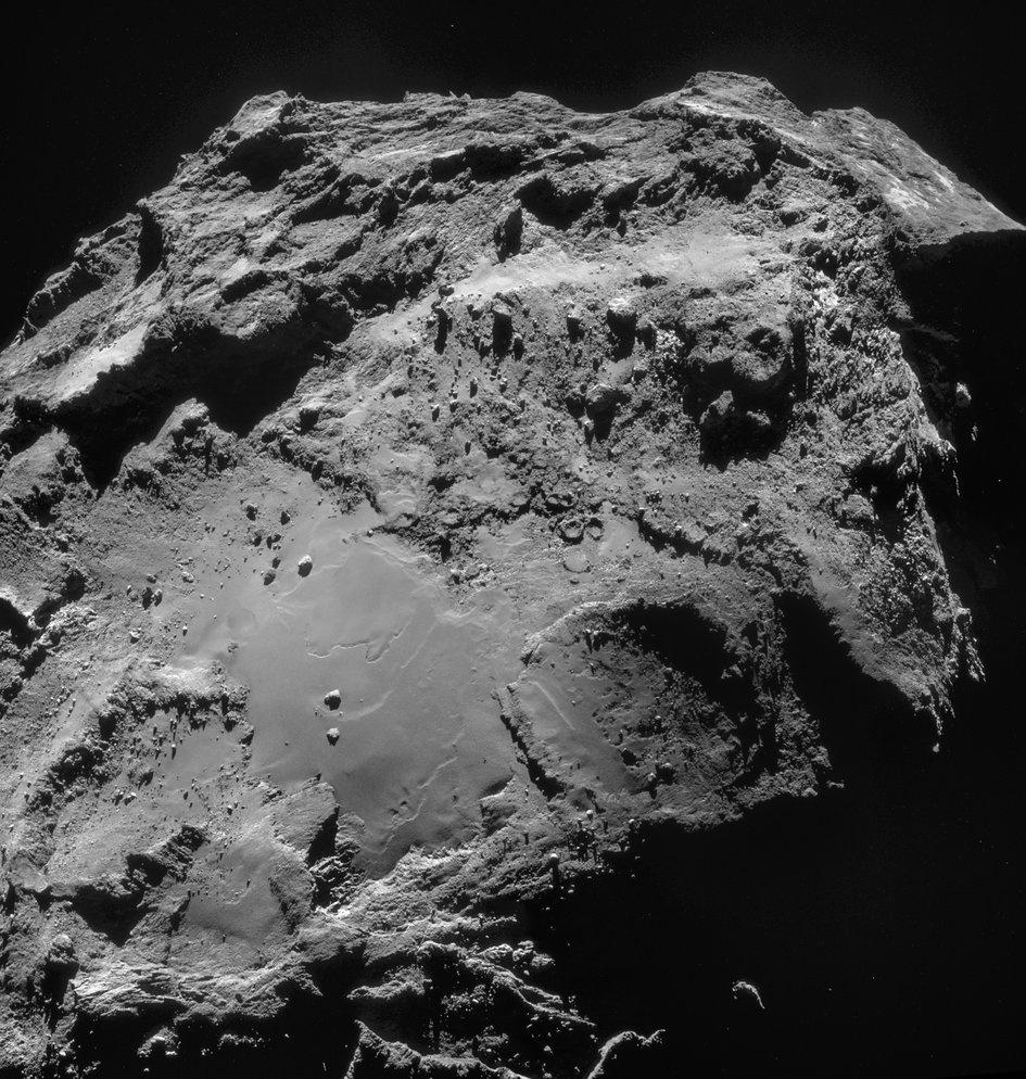 19.dez.2014 - Mosaico composto por quatro imagens registradas a 19,4 quilômetros do centro do cometa 67P/Churyumov-Gerasimenko no dia 14 de dezembro. A resolução da imagem é de 1,6 megapixels. O mosaico foi ligeriamente redimensionado, girado e cortado, e mede aproximadamente 3 x 3,1 quilômetros