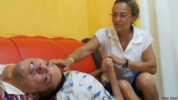 """19.dez.2014 - """"O parto foi muito difícil. Não havia hospital aqui na época. O médico achou que ele fosse morrer em poucas horas, porque sua respiração era muito fraca"""", conta Maria José, mãe de Cláudio e de outros cinco filhos"""