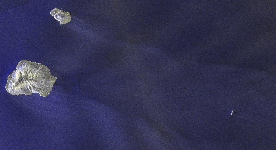 19.dez.2014 - Sonda da ESA (agência espacial europeia) exibe um icerbeg (no canto inferior direito) perto da ilha do Príncipe Edward, no Canadá. As imagens foram usadas para rastrear o movimento do iceberg e orientar os marinheiros que passavam perto do local