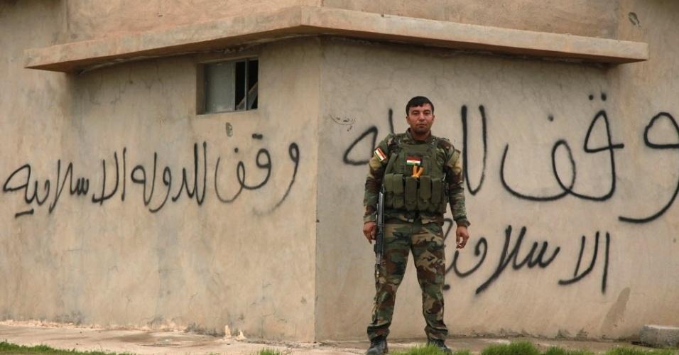 19.dez.2014 - Um combatente curdo monta guarda em Zumar, na província de Nínive. Os combatentes abriram caminho para o monte Sinjar e libertaram centenas de pessoas presas no local. A ação, apoiada por ataques aéreos dos EUA, encerrou o calvário de centenas de pessoas da minoria religiosa Yazidi, que haviam sido sitiadas na montanha desde que o Estado Islâmico (EI) tomou o controle da região