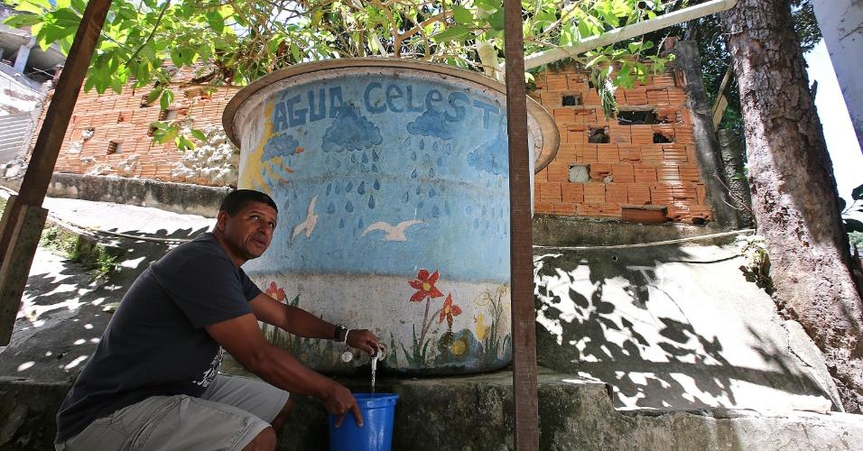 A água é retirada direto do reservatório, de 3.000 litros. A caixa de água conta com um sistema de filtragem interno e uma torneira na frente, e é utilizada em banheiros e na limpeza da associação e da escola e em outras atividades que não exigem água potável, explica Carlos Antônio Verde, presidente da associação de moradores da favela da Babilônia