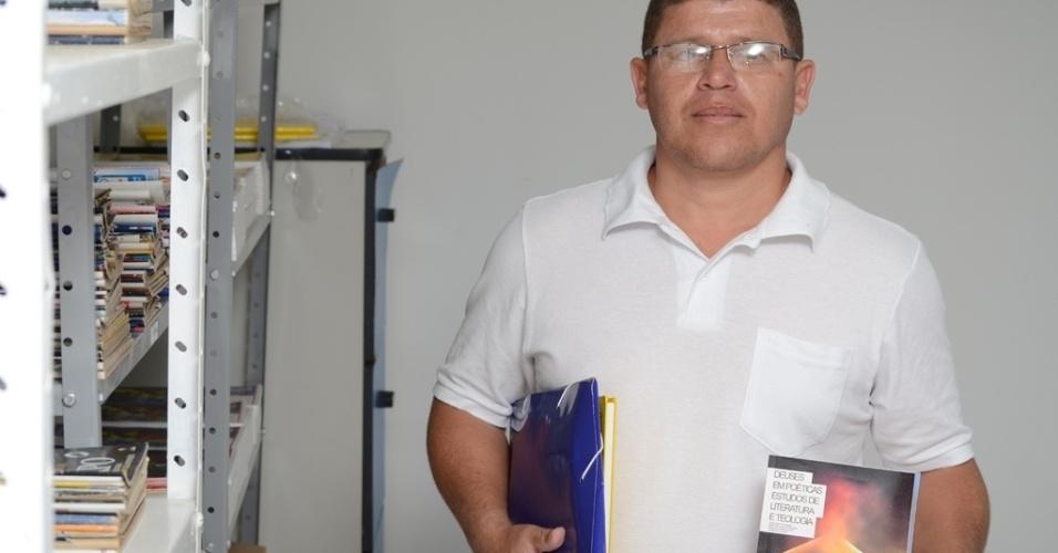 """Condenado a 124 anos e nove meses de prisão, Valternilson Arruda Ribeiro, 38, concluiu o ensino médio no presídio Serrotão, em Campina Grande (PB), e disse que está começando uma nova vida para quando sair da prisão trabalhar com dignidade: """"vou aprender a andar de novo e quero que seja com o estudo"""""""