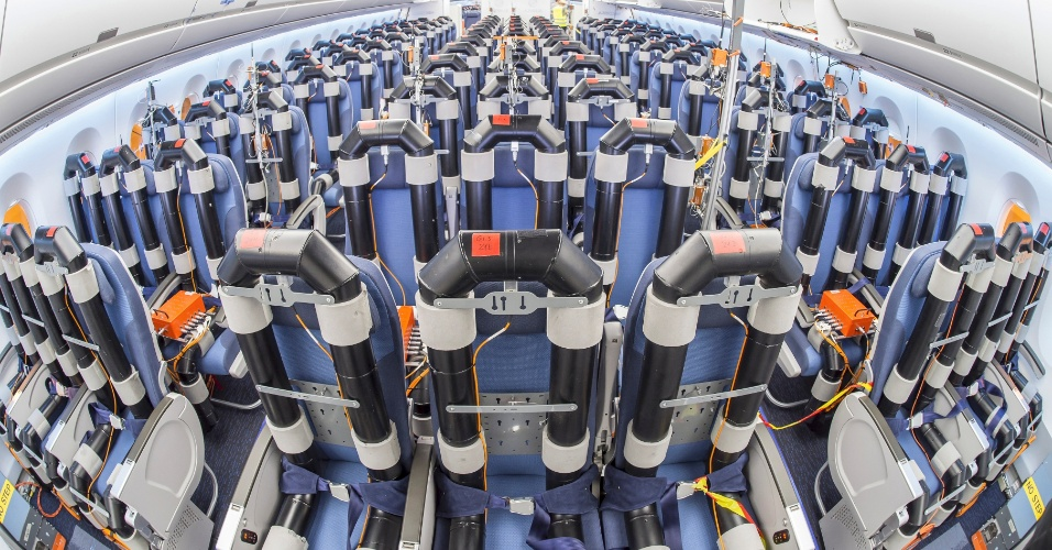 Montagem das cadeiras em um avião de testes do A350 XWB, da Airbus