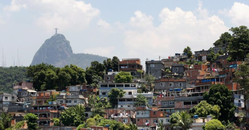 Na favela Babilônia, na zona sul do Rio de Janeiro, o telhado verde, como é conhecido pelos moradores, foi construído em 2008 pela associação de moradores e custou cerca de R$ 8.000