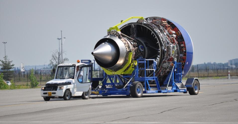 O A350 XWB usa um motor Rolls Royce Trent, desenvolvido especialmente para o avião. Segundo a Airbus, ele foi otimizado para fazer pouco barulho e economizar combustível