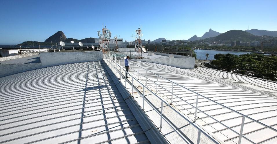 Os quase 10 mil m² do telhado do aeroporto Santos Dumont funcionam como um imenso coletor de água da chuva, que escorre pelas telhas e é armazenada em um reservatório e usada nos vasos e mictórios dos dois terminais
