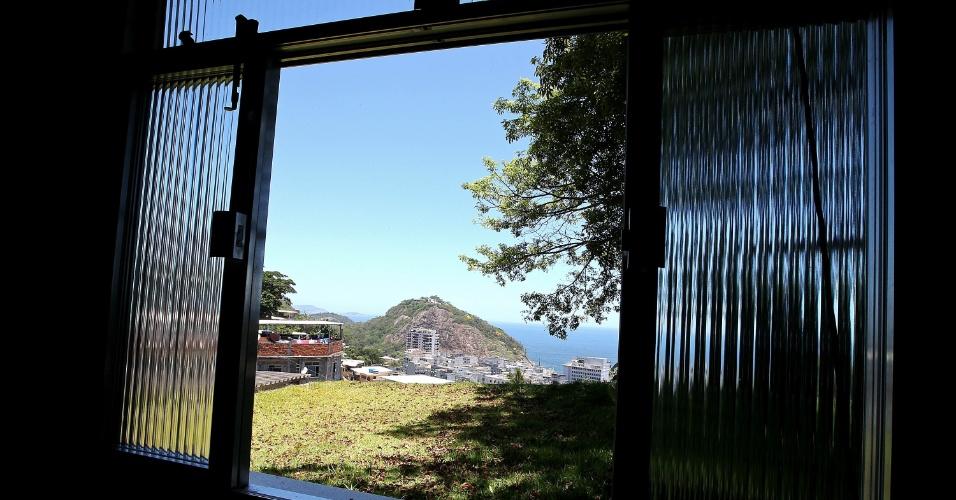 Plantado sobre uma base de madeira, areia e brita, o gramado, assim como o telhado do Santos Dumont, recolhe e filtra a água da chuva, direcionada para um reservatório em frente à associação de moradores