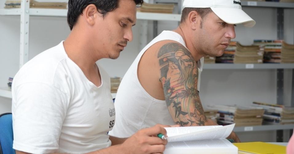 Reeducandos tem acesso a biblioteca e desenvolvem atividades de estudo do Campus da UEPB (Universidade Estadual da Paraíba) Serrotão, instalado dentro da Penitenciária Regional de Campina Grande Raimundo Asfora