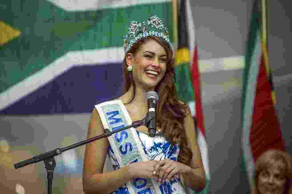 20.dez.2014 - A sul-africana Rolene Strauss, recém-coroada Miss Mundo 2014, discursa no aeroporto de Johanesburgo. A jovem de 22 anos, estudante de medicina, foi coroada no dia 14 de dezembro, no concurso que aconteceu em Londres, na Inglaterra. O Miss Mundo começou em 1951, um ano antes de seu principal concorrente, o Miss Universo. Strauss é a terceira sul-africana a vencer. O país já detém os título de 1958 e 197 - Mujahid Safodien/AFP
