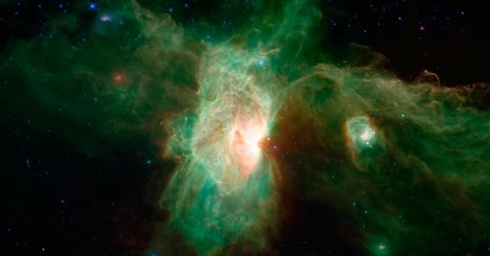 20.dez.2014 - Imagem obtida por telescópio da Nasa (agência espacial americana) exibe uma aparição fantasmagórica da nebulosa Cabeça de Cavalo (no canto superior direito). A nebulosa tem uma silhueta distintamente escura e empoeirada em forma de cavalo, mas quando vistas à luz infravermelha, a poeira torna-se transparente e nebulosa aparece como um arco fino