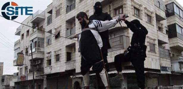 Homem é crucificado por militantes do Estado Islâmico em dezembro de 2014, na Síria - Reprodução/ SITE