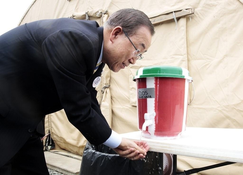 20.dez.2014 - O chefe da ONU, Ban Ki-moon, lava as mãos em uma unidade médica que combate o vírus ebola, em Monróvia, na Libéria. A foto foi tirada na sexta-feira (19) e divulgada neste sábado. Ban está percorrendo a África, visitando os países mais atingidos pela epidemia