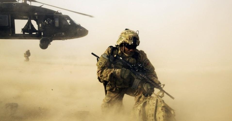 5abca01cf8677 20.dez.2014 - Soldado norte-americano é deixado por helicóptero para missão