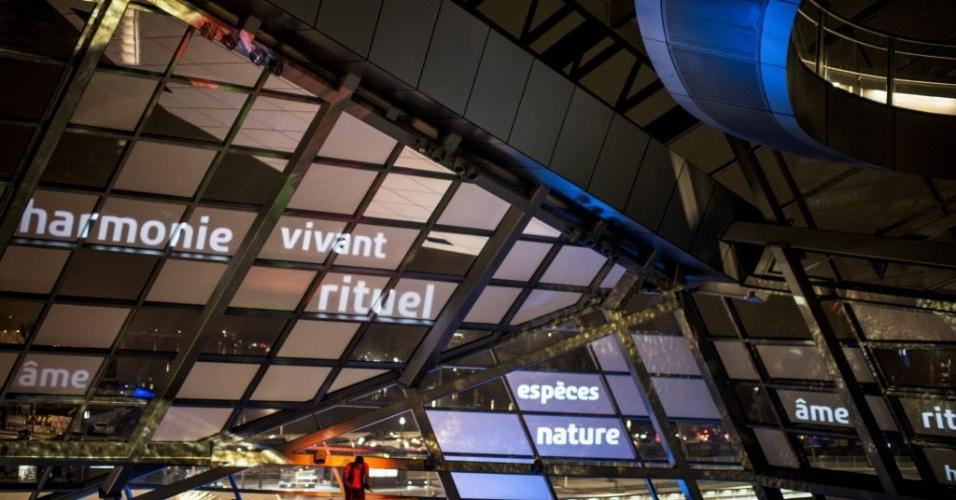 20.dez.2014 - Visitante passeia pelo museu de Ciência e Arqueologia inaugurado em Lyon, na França. Projetado pelo arquiteto austríaco Coop Himmelb, o museu foi aberto ao público neste sábado (20)