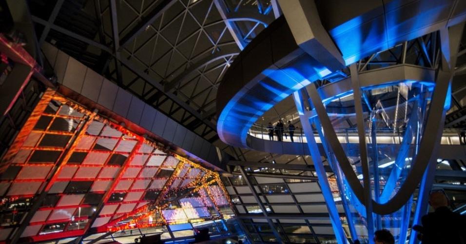 20.dez.2014 - Visitantes passeiam pelo museu de Ciência e Arqueologia inaugurado em Lyon, na França. Projetado pelo arquiteto austríaco Coop Himmelb, o museu foi aberto ao público neste sábado (20)