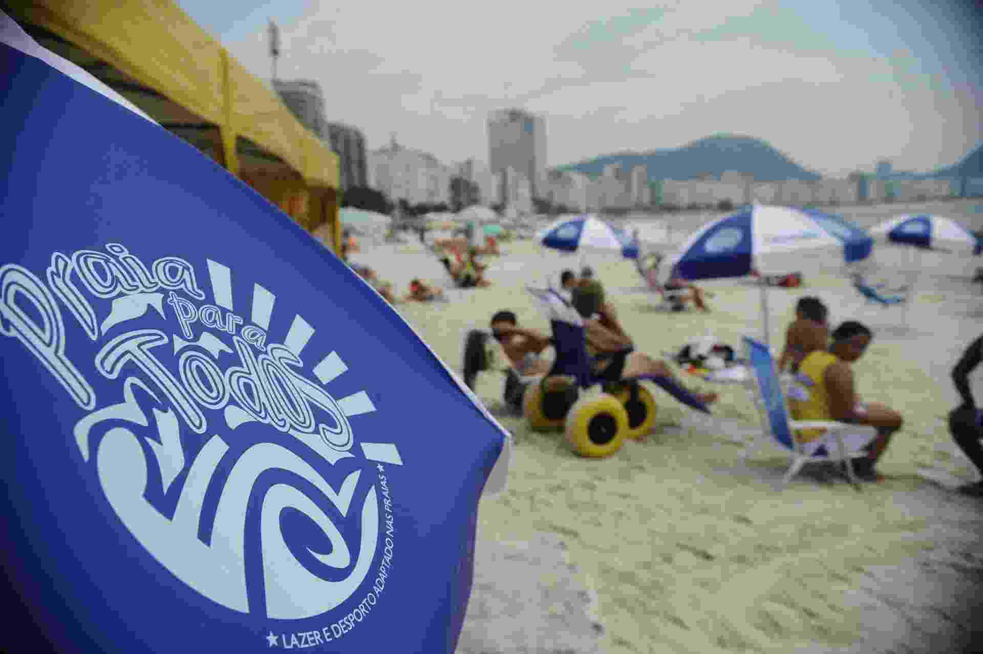 21.dez.2014 - O projeto Praia para Todos, que busca melhorar as condições de acesso de pessoas com deficiência à praia, retomou suas atividades nas praias de Copacabana e da Barra da Tijuca, no Rio de Janeiro - Tânia Rêgo/Agência Brasil