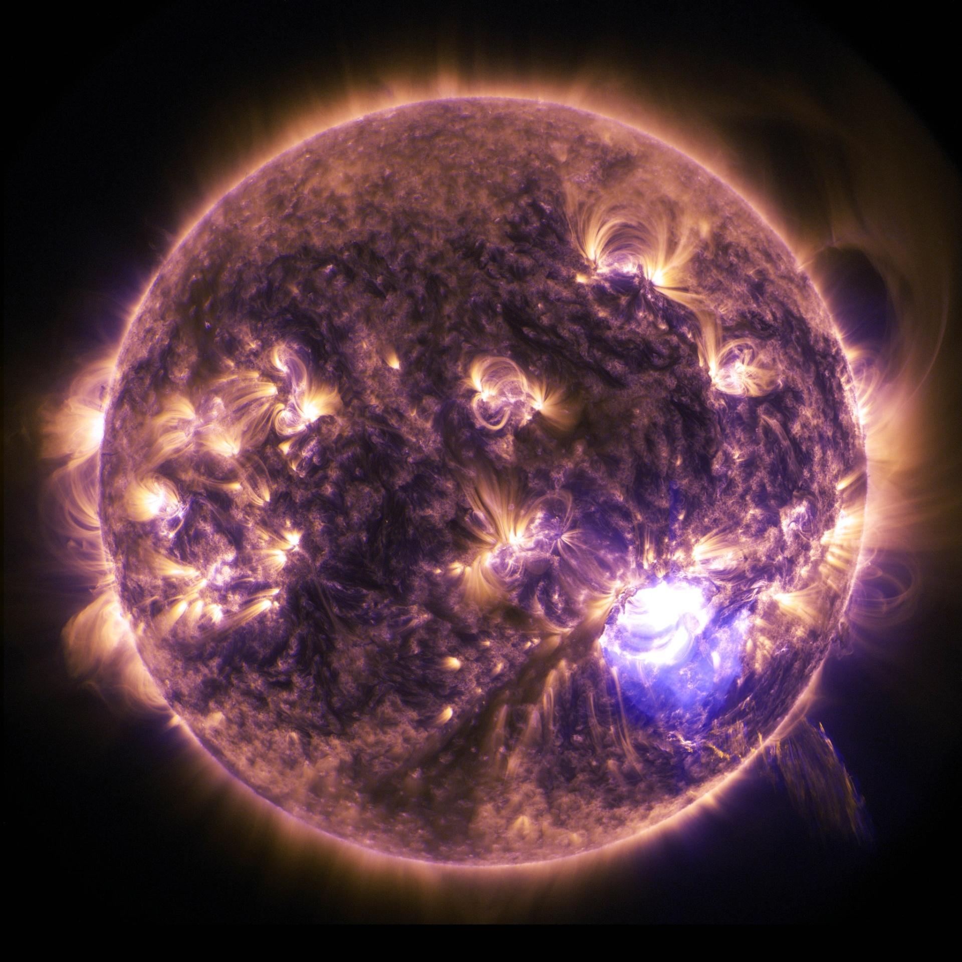 22.dez.2014 - O Sol emitiu uma labareda significativa como mostra fotografia feita na sexta-feira (19) pelo observatório solar da Nasa (Agência Espacial Americana). As labaredas solares são poderosas rajadas de radiação, que não afetam fisicamente os seres humanos. No entanto, quando intensa, a radiação pode afetar a camada da atmosfera e alterar sinais de comunicação como os do GPS
