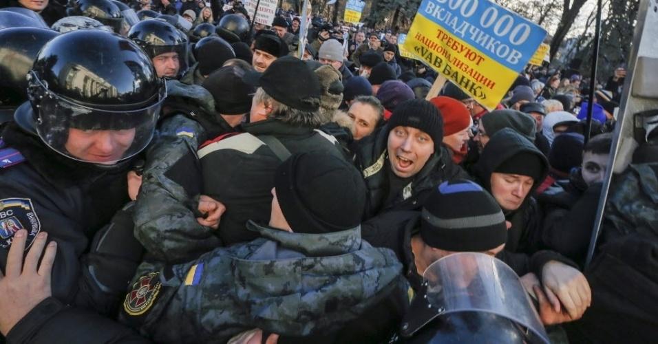 23.dez.2014 - Cidadãos ucranianos entram em confronto com a polícia durante uma votação no Parlamento, em Kiev, na Ucrânia.  O Parlamento revogou nesta terça-feira (23) o status de país