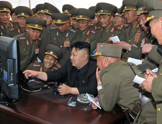 O ditador norte-coreano Kim Jong-Un observa no computador imagens do bombardeio de artilharia de longo alcance nas águas de um lugar não revelado na Coreia do Norte