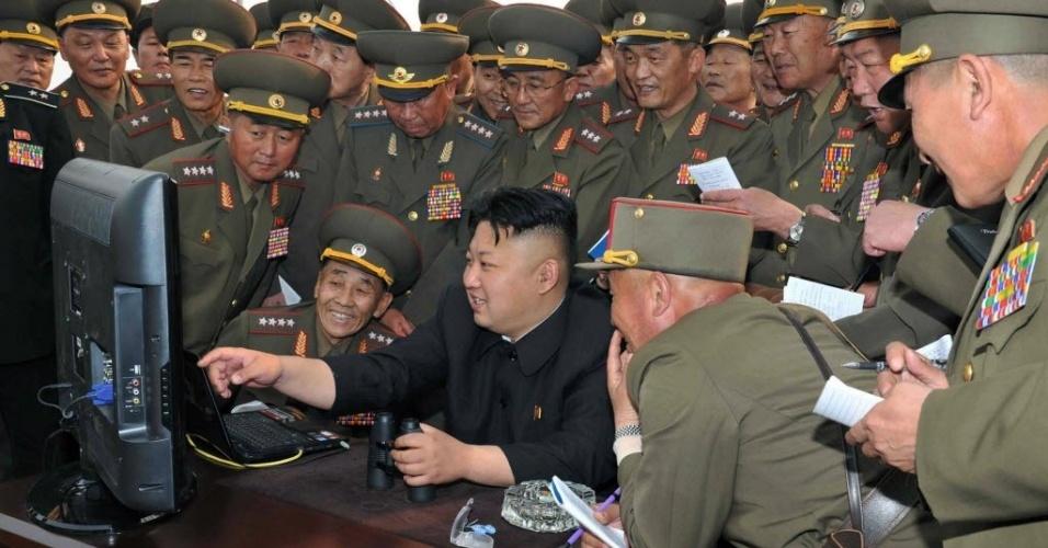 23.dez.2014 - Em imagem sem data definida, o ditador norte-coreano Kim Jong-Un observa no computador imagens do bombardeio de artilharia de longo alcance nas águas de um lugar não revelado na Coreia do Norte. O serviço de internet do país ficou fora do ar na noite desta segunda-feira (22) por cerca de nove horas, um incidente que acontece depois que os Estados Unidos anunciaram que responderiam