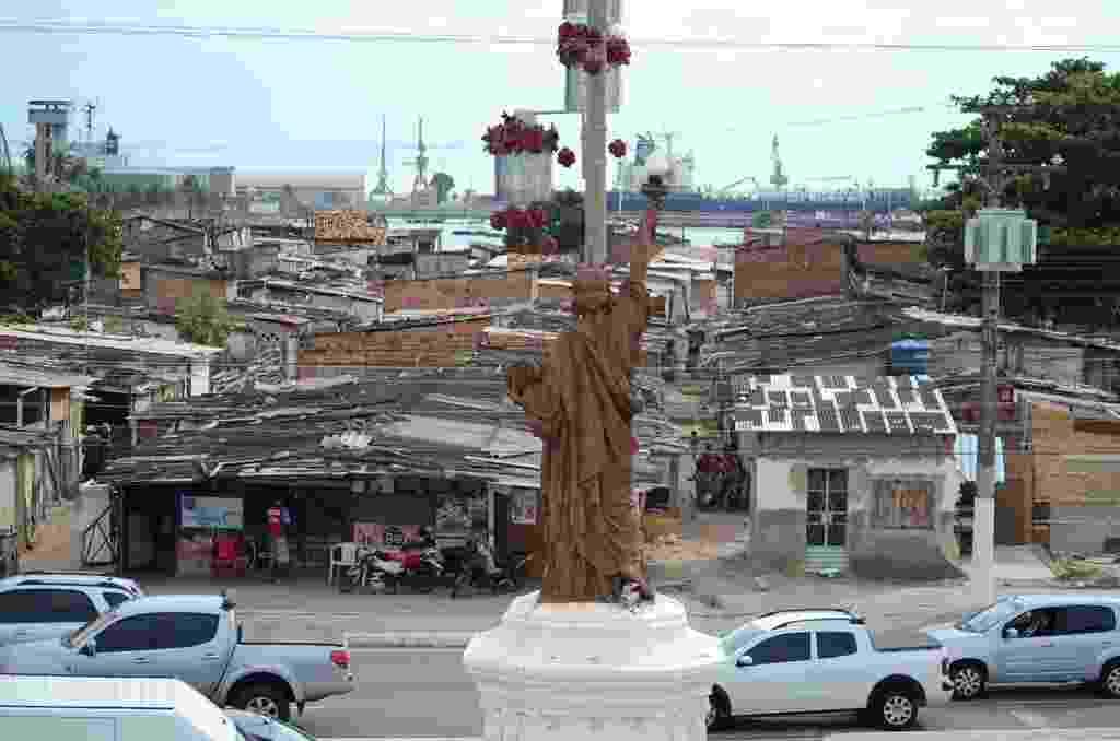 23.dez.2014 - Réplica da estátua da Liberdade de Nova Iorque (EUA) foi construída em frente à favela do Jaraguá, na parte histórica da capital Maceió - Beto Macário/UOL