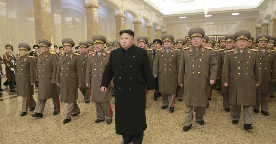 """24.dez.2014 - Fotografia divulgada pela agência estatal norte-coreana nesta quarta-feira (24) mostra o líder do país, Kim Jong-un (centro), em visita ao mausoléu  de seu pai, Kim Jong-il. O país está envolvido numa polêmica desde que criticou a produção do filme """"A Entrevista"""" pelo estúdio Sony. Na película, dois agentes são contratados pela CIA para matar o líder norte-coreano"""