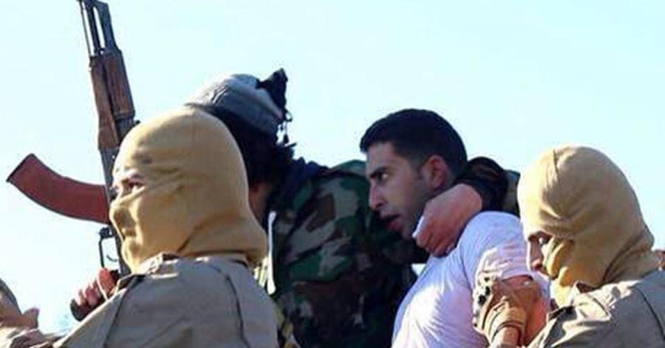 24.dez.2014 - Imagem mostra suposto piloto de um avião militar da coalizão internacional na cidade de Al Raqqah, abatido nesta quarta-feira (24) pelo Estado Islâmico