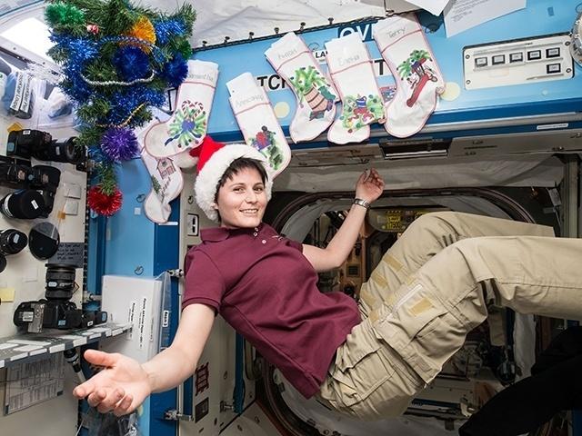 24.dez.2014 - A astronauta italiana Samantha Cristoforetti entrou no espírito natalino e decorou a Estação Espacial Internacional com meias, para cada um da tripulação, e uma pequena árvore