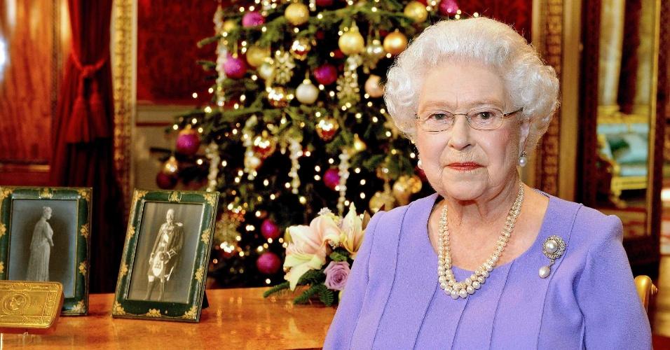 25.dez.2014 - A rainha Elizabeth 2ª do Reino Unido posa no Palácio de Buckingham, após gravar a tradicional mensagem de Natal que é televisionada no dia 25 de dezembro. A mensagem é transmitida para todos os países membros do Commonwealth. A foto foi feita no dia 10 de dezembro, quando a mensagem foi gravada