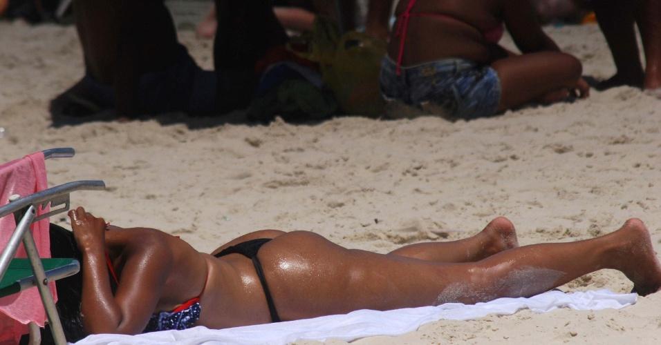 25.dez.2014 - Banhistas aproveitam dia de sol e calor na praia de Copacabana, zona sul do Rio de Janeiro