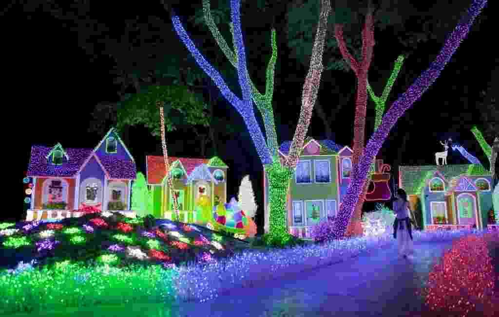 25.dez.2014 - Muitos turistas caminharam entre os enfeites do Parque da Luz nesta quarta-feira (24) poucas horas antes da chegada do Natal em Santo Domingo, na República Dominicana - Orlando Barria/ EFE