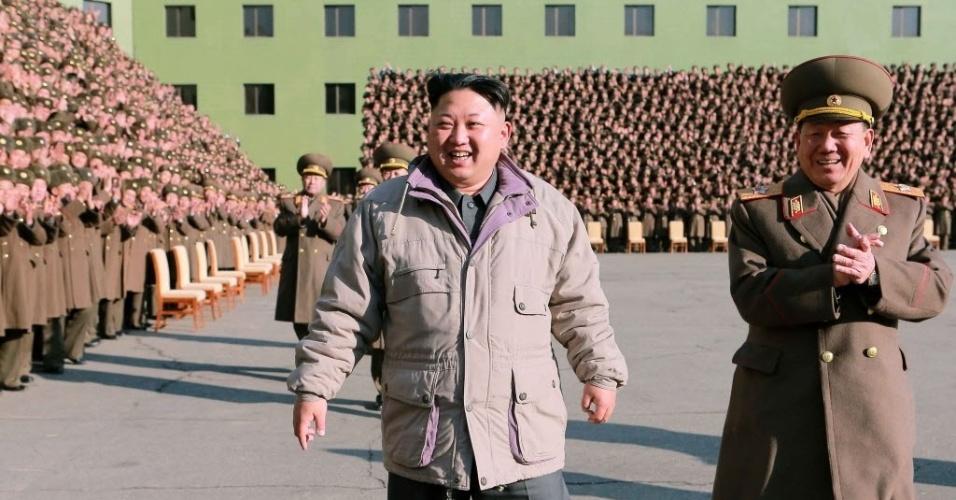 25.dez.2014 - O ditador norte-coreano Kim Jong-un (ao centro) sorri ao caminhar entre os participantes de uma equipe de logística do Exército coreano após uma reunião. A foto, sem data definida, foi divulgada pela Agência de Notícias da Coreia do Norte nesta quinta-feira (25)
