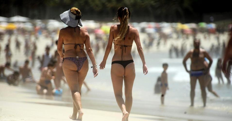 26.dez.2014 - Banhistas aproveitam o calor intenso na praia de Copacabana, na zona sul do Rio de Janeiro, nesta sexta-feira (26). A máxima prevista para hoje é de 32º C