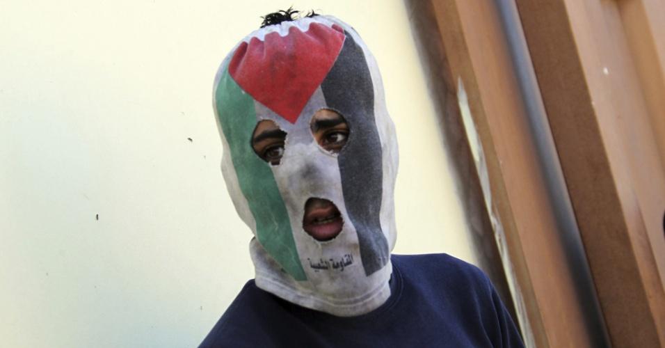 26.dez.2014 - Homem usa máscara nas cores da bandeira da Autoridade Nacional Palestina durante protestos no assentamento judeu de Qadmem, próximo a cidade de Nablus, na Cisjordânia, nesta sexta-feira (26)