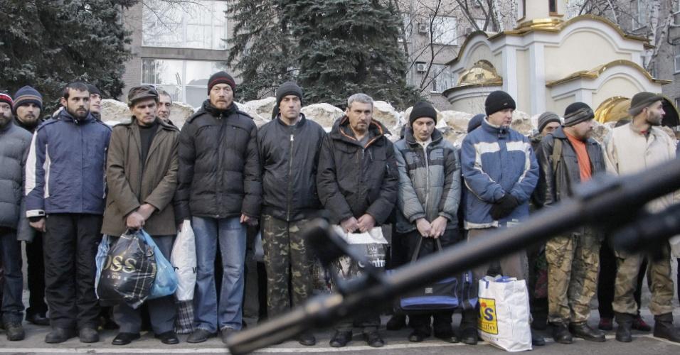 26.dez.2014 - Ucranianos presos por separatistas pró-Rússia em Donetsk aguardam para serem libertos. Autoridades ucranianas e separatistas trocaram centenas de prisioneiros de guerra