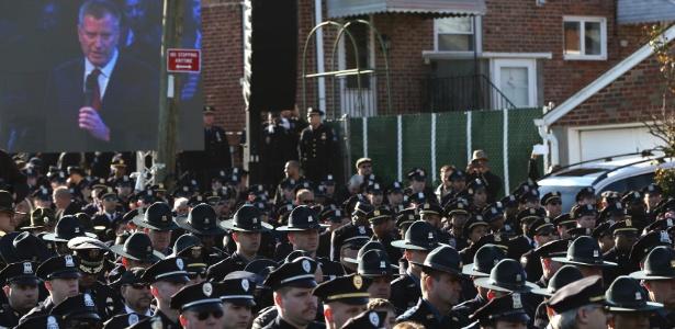 Policiais viram de costas para um telão que mostrava o prefeito de Nova York, Bill de Blasio, durante o funeral do policial Rafael Ramos, assassinado há uma semana - Shannon Stapleton/Reuters