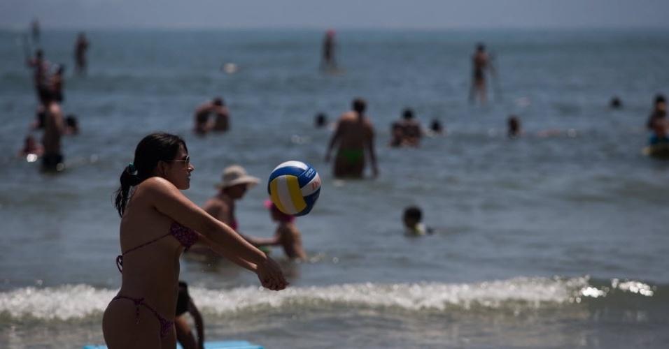 28.dez.2014 - Banhistas aproveitam neste domingo (28) o sol na praia de Astúrias, no Guarujá, no litoral paulista
