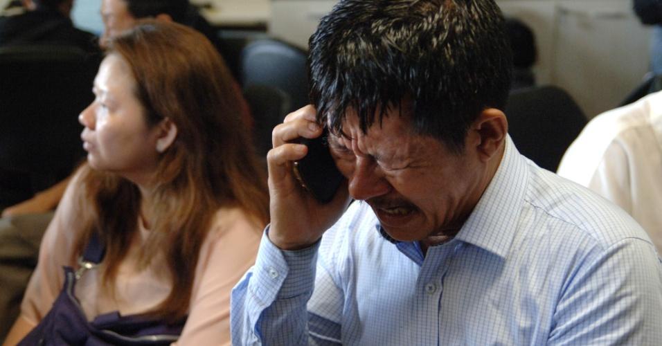 28.dez.2014 - Homem se desespera em busca de notícias sobre o avião desaparecido na Ásia neste domingo (28). Um de seus familiares embarcou no avião do voo QZ8501, que decolou às 5h20 de hoje do Aeroporto Internacional de Juanda, na Indonésia, com destino a Cingapura