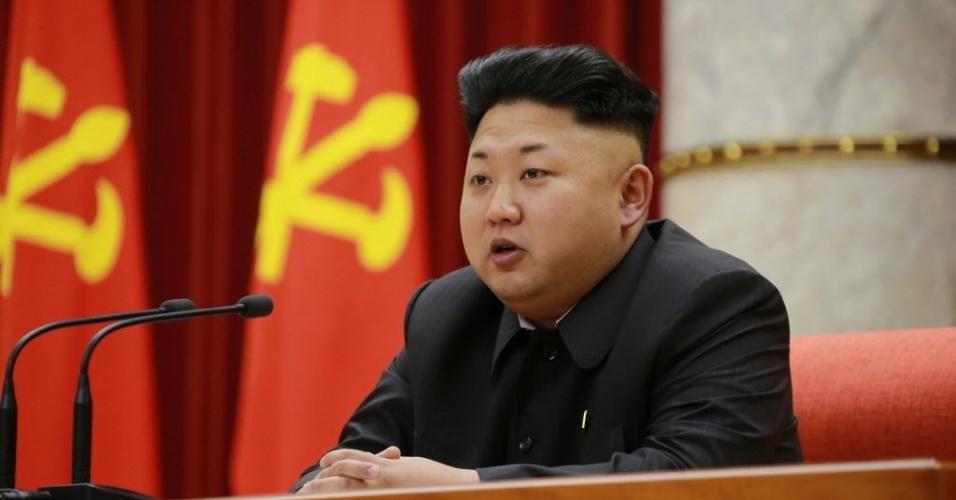 28.dez.2014 - Imagem cedida pela Agência de Notícias Coreana mostra o líder norte-coreano Kim Jong-un durante um discurso antes de uma cerimônia no sábado para premiar funcionários exemplares do Exército do Povo coreano