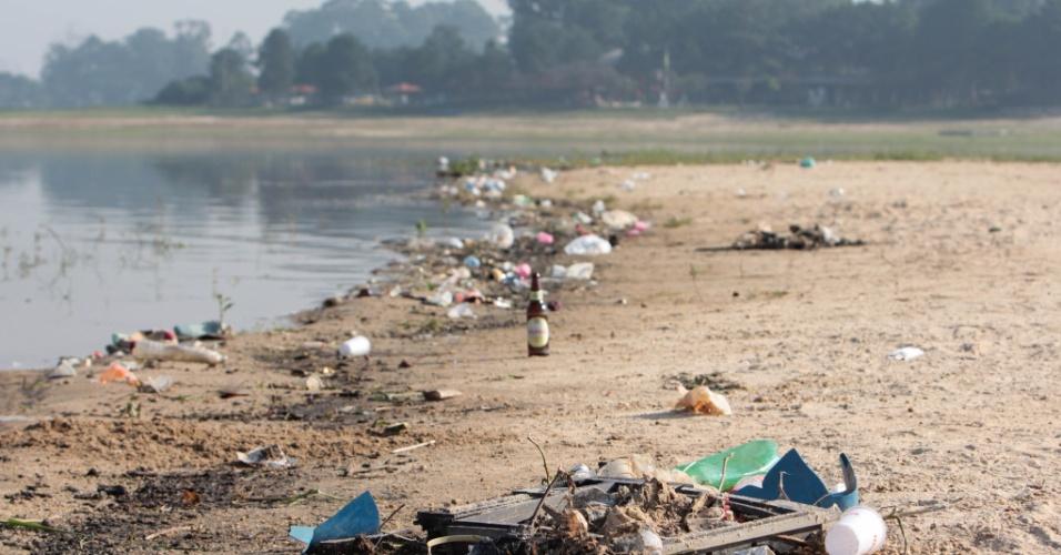 28.dez.2014 - Lixo se acumula na margem da represa Guarapiranga, na zona sul de São Paulo, na manhã deste domingo (28). O sistema Guarapiranga, que atende 4,9 milhões de pessoas, segue aumentando o volume de água armazenado, que passou de 40,5% para 40,8%. Há um ano, o índice estava em 70,1%