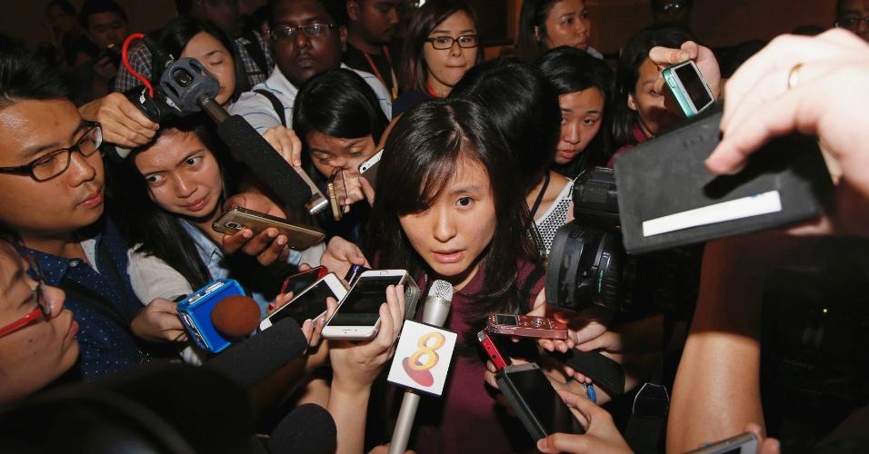 28.dez.2014 - Louis Sidharta, 25, dá entrevista a jornalista no aeroporto Changi, em Cingapura. Seu noivo é um dos passageiros do voo QZ 8501, que partiu da Indonésia na manhã deste domingo (28) com destino a Cingapura. Segundo a Força Aérea da Indonésia, os pilotos da aeronave pediram para mudar o curso do voo para evitar o mau tempo. Cerca de 40 minutos após a decolagem, o controle de voo de Jakarta perdeu contato com o avião da AirAsia