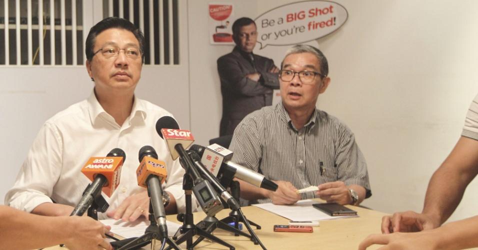 28.dez.2014 - O ministro dos Transportes da Malásia, Liow Tiong (esquerda), dá entrevista coletiva neste domingo (28) no aeroporto de Sepang sobre a aeronave desaparecida da AirAsia. O mau tempo tem dificultado as operações de busca pelo avião, que decolou da Indonésia com destino a Cingapura. Os malaios irão ajudar nas buscas pelo avião do voo QZ 8501, que transportava 162 pessoas