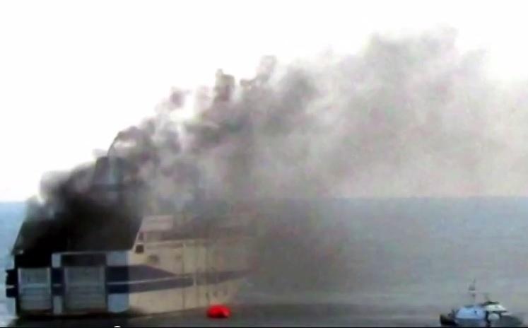28.dez.2014 - As autoridades italianas resgataram 47 pessoas das 478 que estavam a bordo da balsa que pegou fogo neste domingo (28) quando se dirigia da cidade grega de Patras para Ancona, na Itália. A marinha militar italiana informou que por enquanto não há feridos