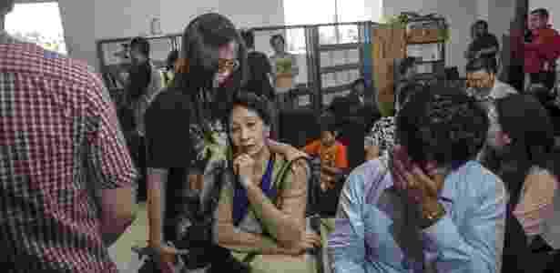 Familiares dos passageiros do voo 8501 da AirAsia aguardam informações no aeroporto de Surabaia, na Indonésia, de onde a aeronave partiu em direção a Cingapura - AFP
