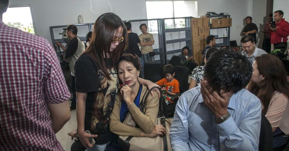 Familiares dos passageiros do voo 8501 da AirAsia aguardam no aeroporto de Juanda (Indonésia)  informações sobre o avião, que está desaparecido. A aeronave partie de Juanda em direção a Cingapura e levava 162 pessoas a bordo, entre passageiros e tripulantes