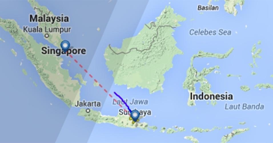 Mapa do site fligtradar24.com mostra o local do último contato (linha azul) que o voo QZ 8501, da AirAsia, teve com os controladores. A linha vermelha mostra a distância entre Surabaia, na Indonésia, e Cingapura. A aeronave Airbus A320 transportava 162 pessoas, entre passageiros e tripulantes