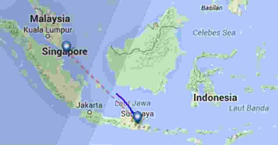 Mapa do site fligtradar24.com mostra o local do último contato (linha azul) que o voo QZ 8501, da AirAsia, teve com os controladores. A linha vermelha mostra a distância entre Surabaia, na Indonésia, e Cingapura. A aeronave Airbus A320 transportava 162 pessoas, entre passageiros e tripulantes - flightradar24.com/Reprodução