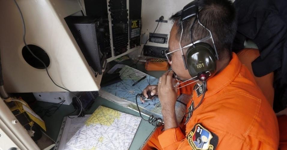 29.dez.2014 - Equipe da Força Aérea da Indonésia sobrevoa, nesta segunda-feira (29), a ilha de Bangka, na Indonésia, em busca dos passageiros do voo QZ8501 da AirAsia, que perdeu contato com o controle aéreo. O avião com 162 pessoas a bordo desapareceu ao fazer a rota da Indonésia até Cingapura neste domingo (28), de acordo com a companhia aérea. Este é o terceiro grande incidente envolvendo uma companhia malaia neste ano. Quinze barcos e 30 aviões participam das operações de busca na zona