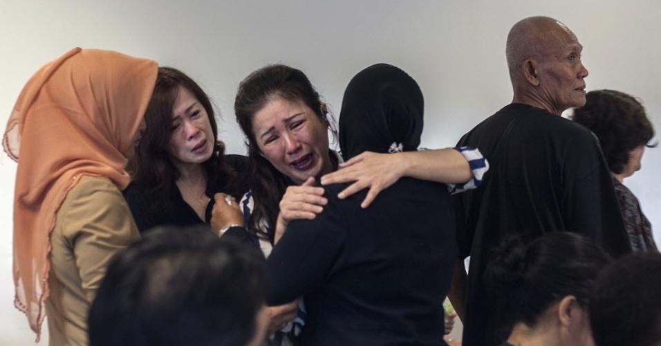 29.dez.2014 - Familiares choram por passageiros que estavam a bordo do voo QZ8501 da AirAsia, nesta segunda-feira (29), no aeroporto internacional de Juanda, na Indonésia. O avião com 162 pessoas a bordo perdeu contato com a torre de comando em Jacarta, na Indonésia, cerca de 40 minutos após a decolagem. Este é o terceiro grande incidente envolvendo uma companhia malaia neste ano